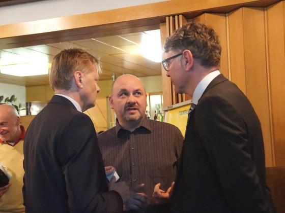 Diskussion MdL Norbert Dünkel, BI Leinburg Hubert Galozy, N-ERGIE Rainer Kleedörfer (von links)